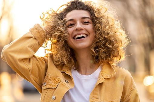 Quel produit naturel pour boucler les cheveux ?